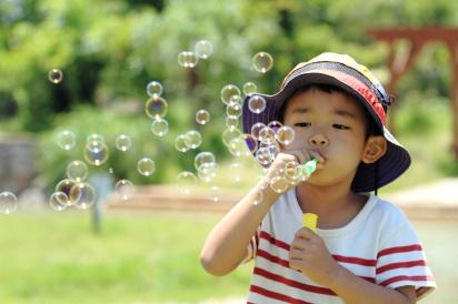 シャボン玉をする幼児(4歳児)