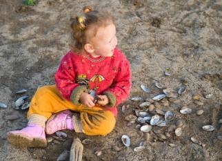 girl plays with cockleshells